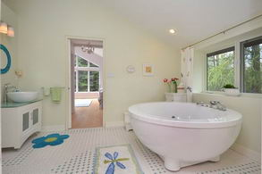 Shared En-Suite Bathroom - Country homes for sale and luxury real estate including horse farms and property in the Caledon and King City areas near Toronto